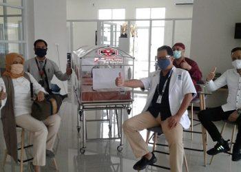 PERALATAN MEDIS : Direktur Umum PT BPR Bank Surya Yudha, Sri Wahyu Utami foto bersama dengan pihak RS Emanuel Klampok usai menyerahkan bantuan peralatan medis, Senin (27/4). (SM/dok)