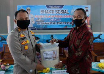 SM/Dok SERAHKAN BANTUAN :Kapolres Cilacap AKBP Dery Agung Wijaya menyerahkan bantuan sembako kepada perwakilan nelayan, kemarin. (38)