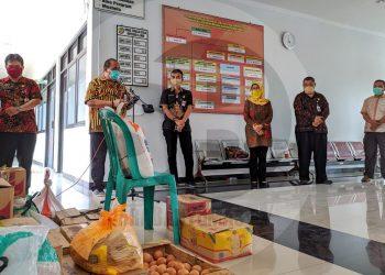 PENYERAHAN BANTUAN: Sekretaris Daerah (Sekda) Banyumas Wahyu Budi Saptono (dua dari kiri), saat menghadiri penyerahan bantuan sembako kepada warga Kelurahan Pabuwaran dari ASN Dinas Tenaga Kerja, Koperasi, dan UKM Banyumas, Selasa (7/4).(SM/Gayhul Dhika Wicaksana)