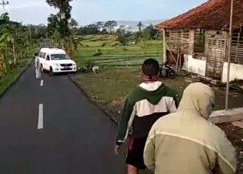 HADANG AMBULANS: Tangkapan layar video sejumlah warga menghadang mobil ambulans yang membawa jenazah pasien Covid-19 di Kecamatan Pekuncen, Banyumas, baru-baru ini. Polresta Banyumas, menetapkan tiga tersangka atas insiden tersebut. (SM/dok)