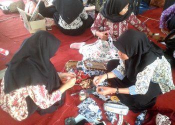 KERAJINAN KAIN BATIK:Sejumlah siswa di salah satu SMA di Kabupaten Banyumas membuat kerajinan tangan dengan menggunakan bahan kain batik.(SM/Budi Setyawan)