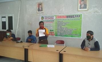 MEMBERIKAN KLARIFIKASI : Kepala Desa Tumiyang, Sumarno membacakan klarifikasi sekaligus melaksanakan penandatangan kesepakatan untuk terus mendukung pemerintah dalam memerangi virus korona. (SM/Susanto)