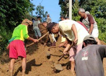 KERJA BAKTI: Warga Desa Babakan, Kecamatan Karangpucung, Kabupaten Cilacap bekerja bakti membenahi ruas jalan yang tertimpa longsoran. (SM/dok)