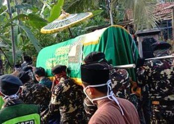 DIBERANGKATKAN: Jenasah almarhum Mukson saat diberangkatkan  menuju tempat pemakaman desa setempat,(SM/dok)