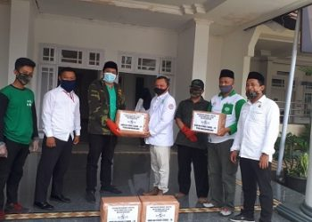SERAHKAN BANTUAN: Tim NU Peduli dari PCNU Banjarnegara menyerahan bantuan masker kepada Diektur RS Islam Banjarnegara dr Agus Ujianto untuk didistribusikan kepada warga rumah sakit. (SM/Castro Suwito)