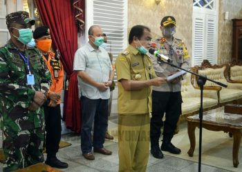 KONFERENSI PERS: Bupati Banjarnegara Budhi Sarwono menyampaikan kondisi terkini  terkait pandemi Covid-19 dalam konferensi pers di rumah dinas bupati, Senin (13/4) malam. (SM/Castro Suwito)