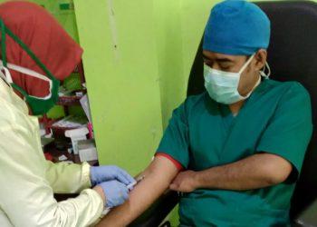 RAPID TEST: Tenaga kesehatan di RSUD Hj Anna Lasmanah Banjarnegara diambil sampel darah untuk rapid test Covid-19. Upaya ini  sebagai perlindungan terhadap tenaga medis yang bertugas menangani pasien Covid-19.(SM/dok)