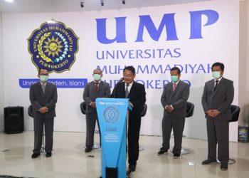 PIDATO VIRTUAL : Rektor UMP Dr Anjar Nugroho didampingi sejumlah pejabat rektorat, menyampaikan pidato milad ke-55 dengan cara virtual, karena kondisi wabah Covid-19, Senin (6/4). (SM/dok)