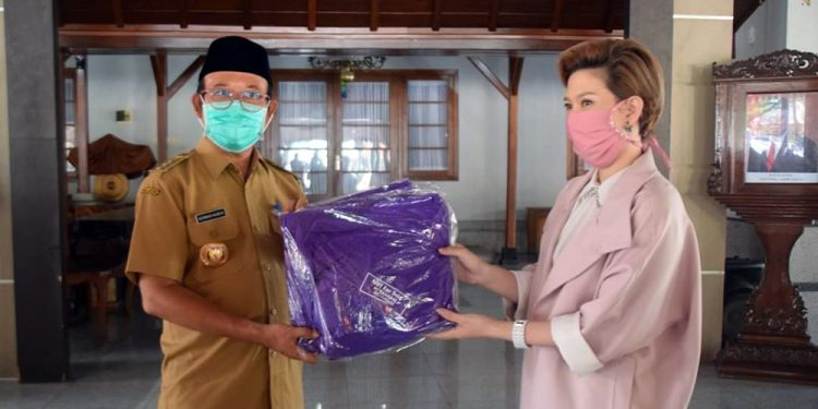 TERIMA BANTUAN: Bupati Banyuma, Achmad Husein menerima bantuan secara simbolis dari relawan penjahit APD yang dikomandani Betty Tan di Pendapa Sipanji Purwokerto, Senin (6/4) (SM/dok)