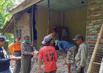 SM/Dok RUMAH RUSAK : Rumah warga Dusun Aria Desa Bingkeng, Kecamatan Dayeuhluhur, Kabupaten Cilacap yang rusak akibat retakan tanah dan guyuran hujan lebat, Jumat (3/4). (30)