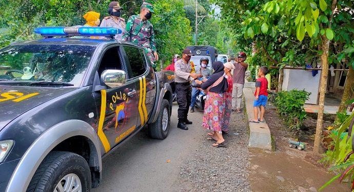 MEMBAGIKAN SEMBAKO : Anggota Polsek Kalibagor menyerahkan paket sembako kepada warga kurang mampu di wilayah Kecamatan Kalibagor. (SM/dok)