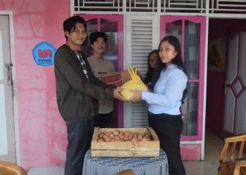 PAKET SEMBAKO : Perwakilan dari SWU (STMIK Widya Utama) menyerahkan bantuan paket sembako bagi mahasiswa asing yang sedang kuliah di kampus tersebut. (30) (SM/dok)