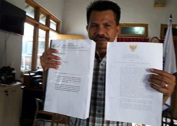 DOKUMEN SOMASI: Kuasa hukum Yayarasan Rumah Sakit Islam (Yarusi) Cilacap, Djoko Susanto menunjukkan dokumen surat somasi yang dilayangkan kepada Bupati dan Kepala Dinas Kesehatan Cilacap, Sabtu (18/4), di Purwokerto. (SM/Agus Wahyudi)