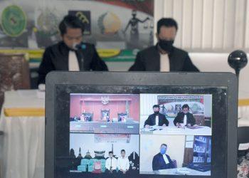 PEMBACAAN TUNTUTAN: Jaksa Penuntut Umum membacakan tuntutan pada terdakwa pembunuhan satu keluarga saat sidang secara daring, di Kejaksaan Negeri Banyumas, Rabu (15/4) (SM/Dian Aprilianingrum)