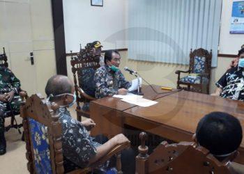 KETERANGAN PERS: Bupati Banjarnegara, Budhi Sarwono memberikan keterangan pers terkait perkembangan pandemi Covid-19 di wilayahnya, Kamis (16/4) malam. (SM/Castro Suwito)