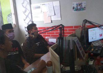 SIARAN RADIO: Pegiat Forsa Banyumas saat melakukan siaran radio di Rama FM Ajibarang untuk mengkampanyekan waspada dan penanganan korona Rabu (13/5) lalu.