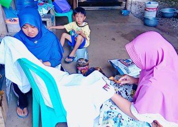MEMBATIK: Perajin Paguyuban Perajin Batik Tulis Pasir Luhur, Desa Tamansari, Kecamatan Karanglewas membatik di rumahnya masing-masing.