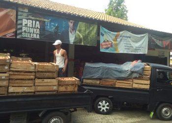 DISTRIBUSI TELUR : Distribusi telur ke salah satu agen di Gumelar yang dipasok dari Pinsar Kabupaten Banyumas untuk jatah Mei 2020. (SM/dok)