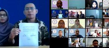 NOTA KESEPAHAMAN;Ketua SWU Muh Sofi'i menunjukkan draft kesepahaman kerja sama dengan University of Business (Timor Leste) dan Politeknik Sultan Salahuddin Abdul Aziz Shah (Malaysia).(SM/dok)
