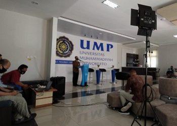 SEMINAR ONLINE: Pembicara mempresentasikan materi dalam seminar online yang diselenggarakan Lembaga Publikasi Ilmiah dan Penerbitan (LPIP) dengan tema penanganan Covid-19, sebagai sumbangsih pemikiran UMP di bidang kesehatan, ekomomi dan psikologi. (SM/Agus Wahyudi)