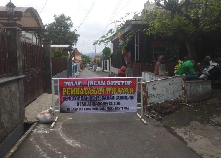 DITUTUP: Jalan masuk pemukiman di wilayah Desa Ajibarang Kulon, Kecamatan Ajibarang yang sering menjadi jalan tikus kendaraan yang menghindari pengalihan arus ditutup warga sejak Rabu (27/5).(SM/Susanto-)