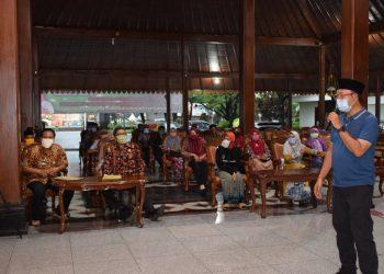 DITERIMA BUPATI: Warga Desa Sirau Kecamatan Kemrajen diterima Bupati Achmad Husein, di Pendapa Si Panji Purwokerto, Rabu (6/5) petang untuk mengembalikan secara simbolis BLT Kemensos.