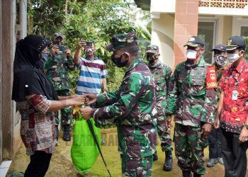 SERAHKAN BANTUAN: Dandim Banjarnegara Letkol Inf Dominggus Lopes menyerahkan bantuan kemanusiaan berupa paket kebutuhan pokok kepada warga Desa Kebutuhjurang Kecamatan Pagedongan yang terdampak pandemi Covid-19. (SB/Castro Suwito-2)