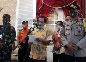 KONFERENSI PERS: Bupati Banjarnegara Budhi Sarwono menyampaikan keterangan dalam konferensi pers terkait status terkini Banjarnegara dalam pandemi Covid-19. (SB/Castro Suwito-2)