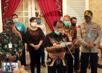 KONFERENSI PERS: Bupati Banjarnegara Budhi Sarwono didampingi Gugus Tugas Covid-19 memberikan keterangan terkait temuan 12 kasus baru Covid-19 di Rumah Dinas Bupati Minggu (10/5). (SM/Castro Suwito)