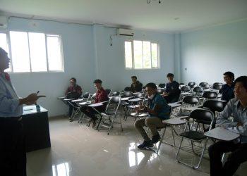 MENGIKUTI KEGIATAN : Sejumlah mahasiswa SWU mengikuti kegiatan di ruang kuliah sebelum terjadi penyebaran virus korona (Covid-19). (SM/dok)