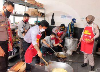 MEMASAK: Sejumlah mantan napi asimilasi ikut membantu memasak di dapur umum Posko Gugus Tugas Percepatan Penanganan Covid-19 Banjarnegara. (SM/Castro Suwito-62)