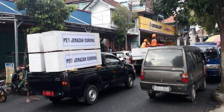 BERKELILING KOTA: Mobil sukarelawan mengangkut peti jenazah berkeliling Kota Banjarnegara,  Jumat (22/5,) untuk mengingatkan warga bahaya Covid-19 yang masih terus mengancam. (SM/dok)