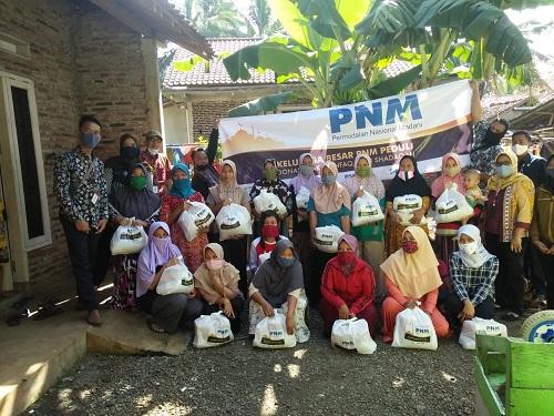BAGIKAN SEMBAKO : PNM Cabang Purwokerto membagikan paket sembako kepada nasabahnya di wilayah Banyumas. (SB/dok)
