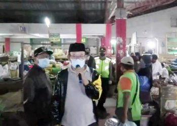 BERI ARAHAN : Bupati Achmad Husein memberi arahan kepada pedagang dan pengunjung Pasar Wage yang kedapatan belum memakai masker, Rabu (13/5) pagi. (SM/Agus Wahyudi-62)