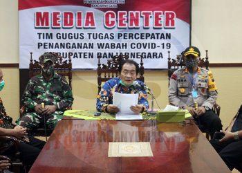 KONFERENSI PERS: Bupati Banjarnegara Budhi Sarwono menyampaikan perkembangan terkini penanganan pandemi Covid-19 di Banjarnegara saat konferensi pers di ruang rapat Bupati, Kamis (30/4).(SM/Castro Suwito-20)