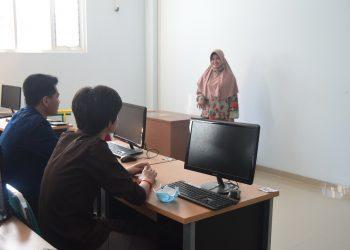 KEGIATAN PEMBELAJARAN:Dua mahasiswa asing asal Kamboja yang sedang kuliah di STMIK Widya Utama (SWU) mengikuti kegiatan pembelajaran.(SM/dok)