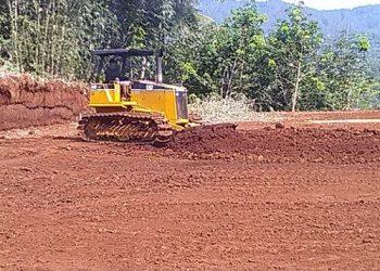 LAPANGAN SINTETIS-Alat berat dikerahkan untuk meratakan tanah lapangan sintetis Diklat Merden di Desa Merden, Kecamatan Purwanegara, Kabupaten Banjarnegara. (SB/Budi Hartono).