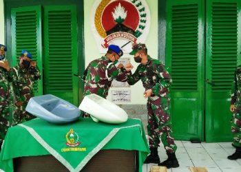 MENERIMA BANTUAN : Kodim Banyumas menerima bantuan 50 buah alat cuci portabel dari Denpom IV/1 Purwokerto. (SB/dok)
