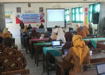 IKUTI KEGIATAN: Guru MTs 1 Banjarnegara mengikuti kegiatan in house training penyusunan kurikulum darurat.(SM/Bahar Ibnu H)