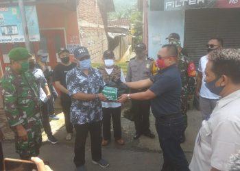 BERIKAN BANTUAN: Jajaran PT Prana Jati Agri Nusantara memberikan bantuan sembako kepada jajaran pemerintah desa untuk diberikan kepada warga Sokawera yang sedang menjalani pembatasan wilayah ketat kemarin (1/6).