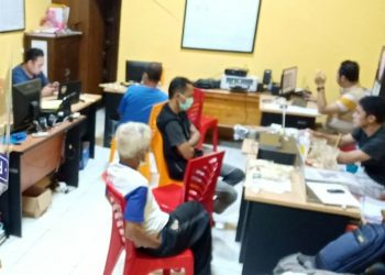 DIPERIKSA : Para pelaku yang ditangkap karena diduga terlibat dalam jual beli togel diperiksa anggota Satreskrim Polresta Banyumas, Jumat (19/6) malam. (SM/dok)