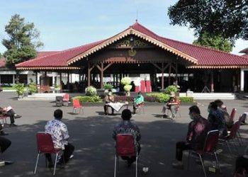 KOORDINASI RUTIN : Bupati Achmad Husein dan Wakil Bupati Sadewo Tri Lastiono, rutin tiap hari melakukan rapat koordinasi bersama tim gugus tugas maupun elemen lain untuk memantau perkembangan penangan Covid-19. (SB/Agus Wahyudi)