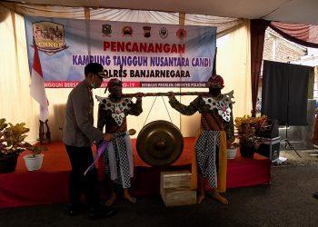 KAMPUNG TANGGUH: Kapolres Banjarnegara AKBP Fahmi Arifianto memukul gong sebagai tanda pencanangan Kampung Tangguh Nusantara Candi di Desa Karangsalam Kecamatan Susukan.