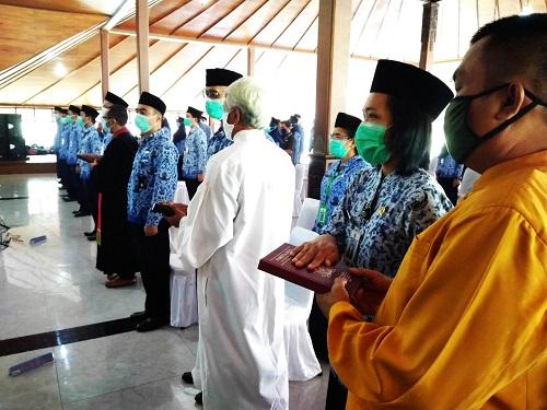 SUMPAH : Para CPNS diambil sumpah  sesuai dengan keyakinannya, di Pendapa Wijayakusuma, Cilacap, Rabu (24/6). (SB/Gayhul Dhika Wicaksana)