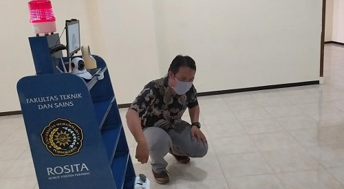 TERANGKAN CARA KERJA : Tim penemu dari Fakultas Teknik dan sains UMP menerangkan cara kerja robot asiten perawat (Rosita) untuk membantu penangan Covid -19, Rabu (24/6). (SB/Agus Wahyudi)