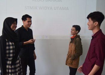 BERINTERAKSI:Mahasiswa asing asal Kamboja yang tengah menuntut ilmu di SwU berinteraksi dengan mahasiswa lain.(SB/dok)