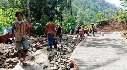 PEMBANGUNAN JALAN : Sejumlah warga Desa Petahunan gotong royong bekerja pembangunan jalan pada kegiatan TMMD Reguler ke 108. (SB/dok)