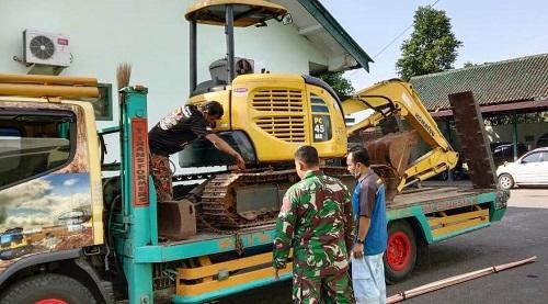 ALAT BERAT : Kodim 0701/Banyumas menambah alat berat untuk mengejar target pengerjaan pembangunan jalan di Desa Petahunan. (SB/dok)
