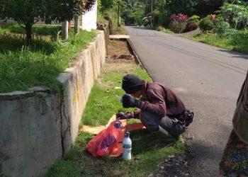 PENGECEKAN PATOK TOL : Pekerja sedang mengecat ulang patok untuk rencana rute tol di Desa Pandansari Kecamatan Ajibarang. Perencanaan yang muncul, titik simpang belok ke arah Purwokerto-Purbalingga dari wilayah Pandansari. (SB/dok)