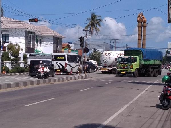 LOGISTIK: Sejumlah truk melintas di Jalan Urip Sumoharjo, Gumilir, Cilacap, Jumat (26/6). Pembangunan jalan tol di Kabupaten Cilacap akan mendukung aktivitas logistik, dan perniagaan. (SB/Gayhul Dhika Wicaksana)